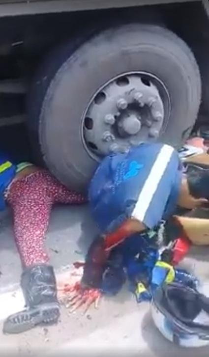 Hai vợ chồng bị container cán qua người, bất lực cầu cứu người đi đường 3