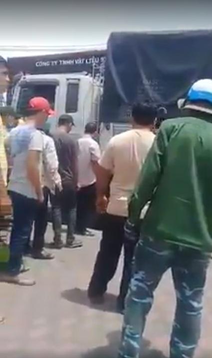 Hai vợ chồng bị container cán qua người, bất lực cầu cứu người đi đường 5
