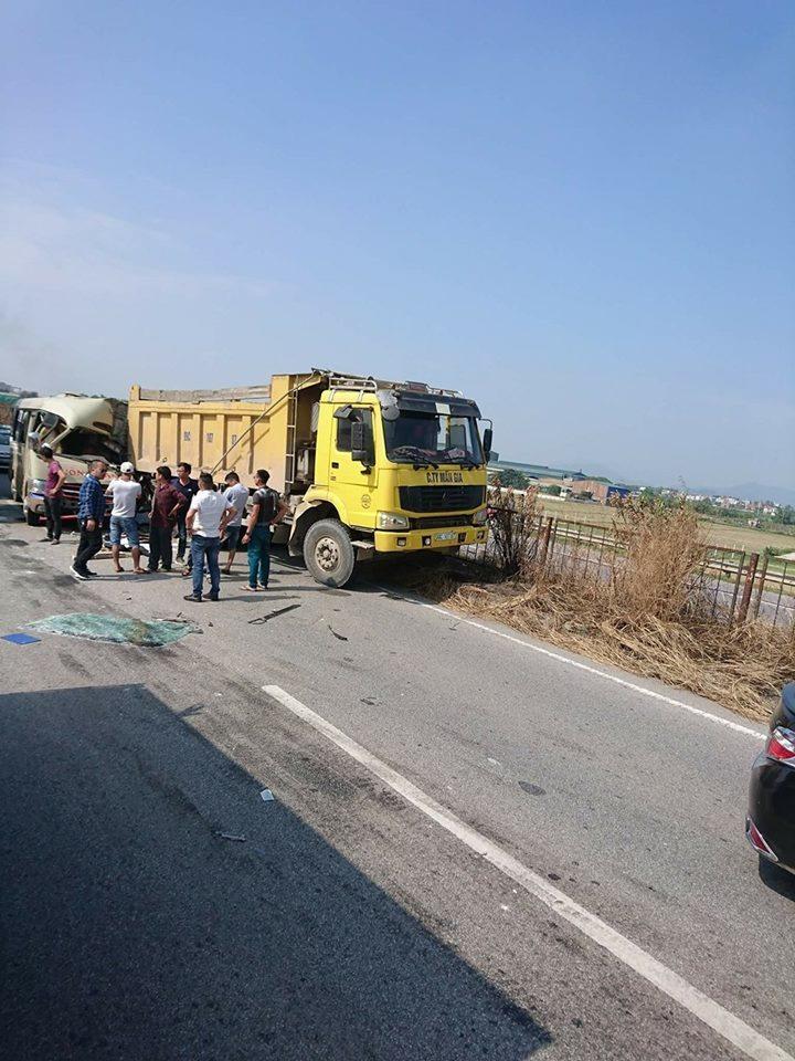 Tai nạn nghiêm trọng: Xe khách tông xe ben, nhiều người thương vong 1