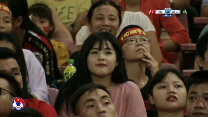 Cô gái xinh đẹp may mắn lọt ống kính truyền hình trận Việt Nam - Afghanistan 1