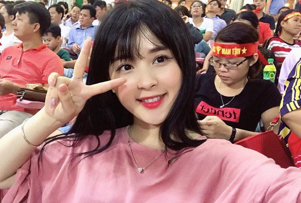 Cô gái xinh đẹp may mắn lọt ống kính truyền hình trận Việt Nam - Afghanistan 3