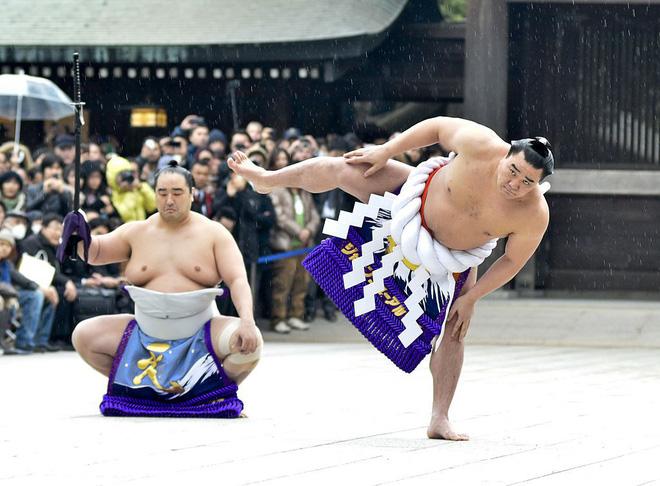 Huyền thoại Sumo Nhật Bản nổi nóng, đánh vỡ sọ đồng nghiệp bằng chai bia 1