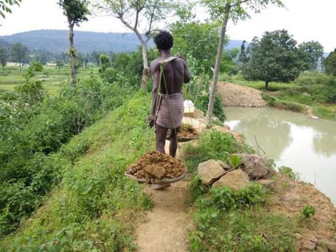Dân làng bật cười khi thấy cậu bé cặm cụi đào đất, 27 năm sau ai nấy đều phải thán phục 2