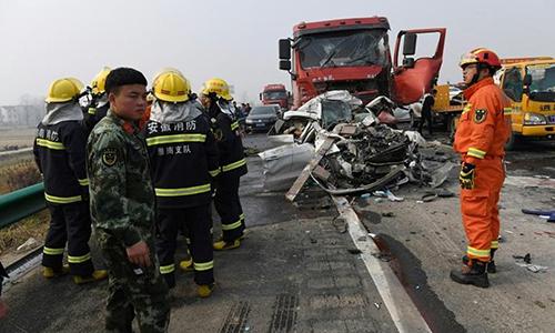 Tươi cười chụp ảnh ở hiện trường tai nạn thảm khốc, nữ phóng viên bị sa thải 2
