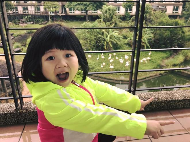 Màn đối đáp lém lỉnh giữa bố và cô con gái 2 tuổi khiến người xem đầy thích thú 9