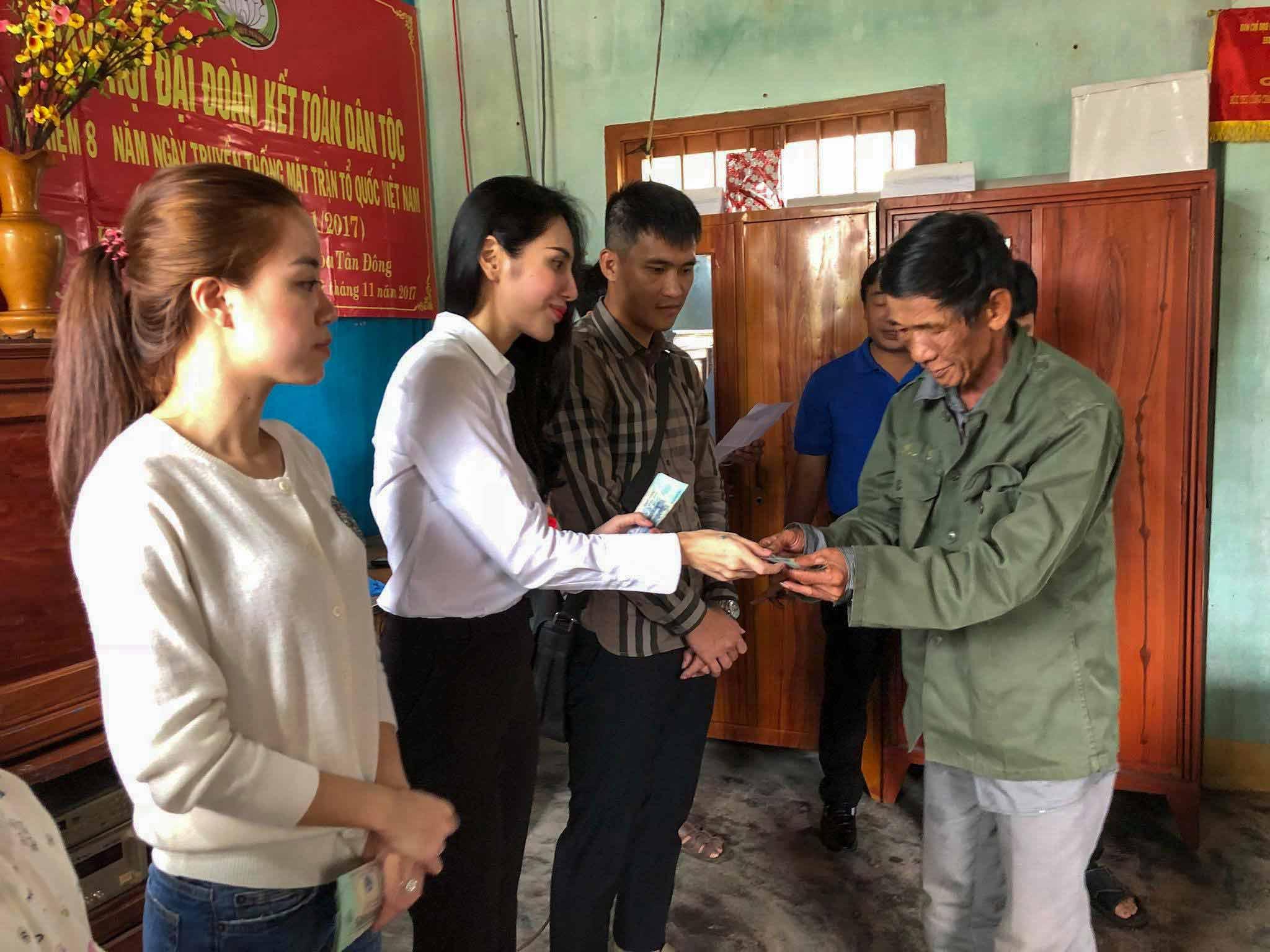 Vợ chồng Công Vinh - Thủy Tiên trao tặng hơn nửa tỷ đồng cho bà con vùng lũ 3