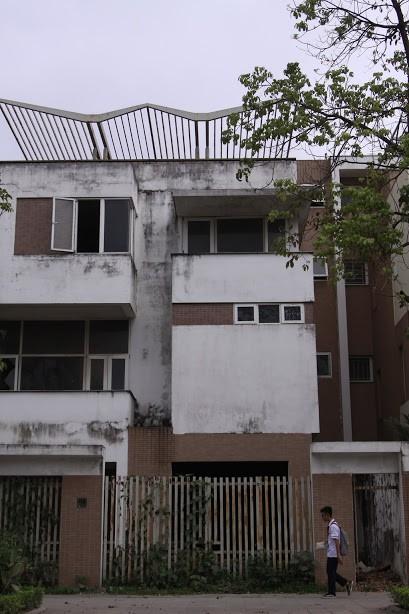 Nhiều kim tiêm dính máu bị vứt tràn lan trong khu biệt thự tiền tỷ ở Hà Nội 14