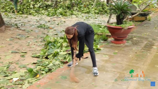 Xúc động cảnh Phạm Hương khom lưng, quét rác cho người dân vùng bão 11