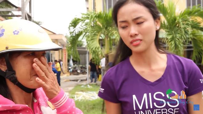 Xúc động cảnh Phạm Hương khom lưng, quét rác cho người dân vùng bão 15