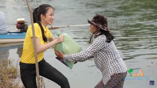 Xúc động cảnh Phạm Hương khom lưng, quét rác cho người dân vùng bão 1
