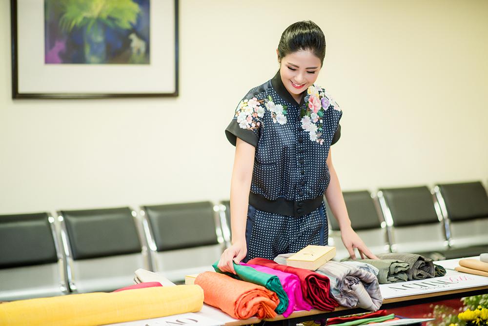 Hình ảnh Hoa hậu Ngọc Hân giới thiệu bộ sưu tập mới tại thủ phủ của tơ lụa Việt Nam số 1