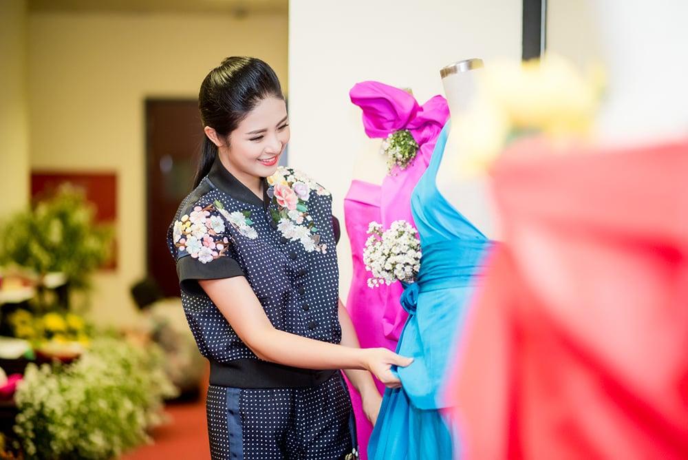 Hình ảnh Hoa hậu Ngọc Hân giới thiệu bộ sưu tập mới tại thủ phủ của tơ lụa Việt Nam số 2