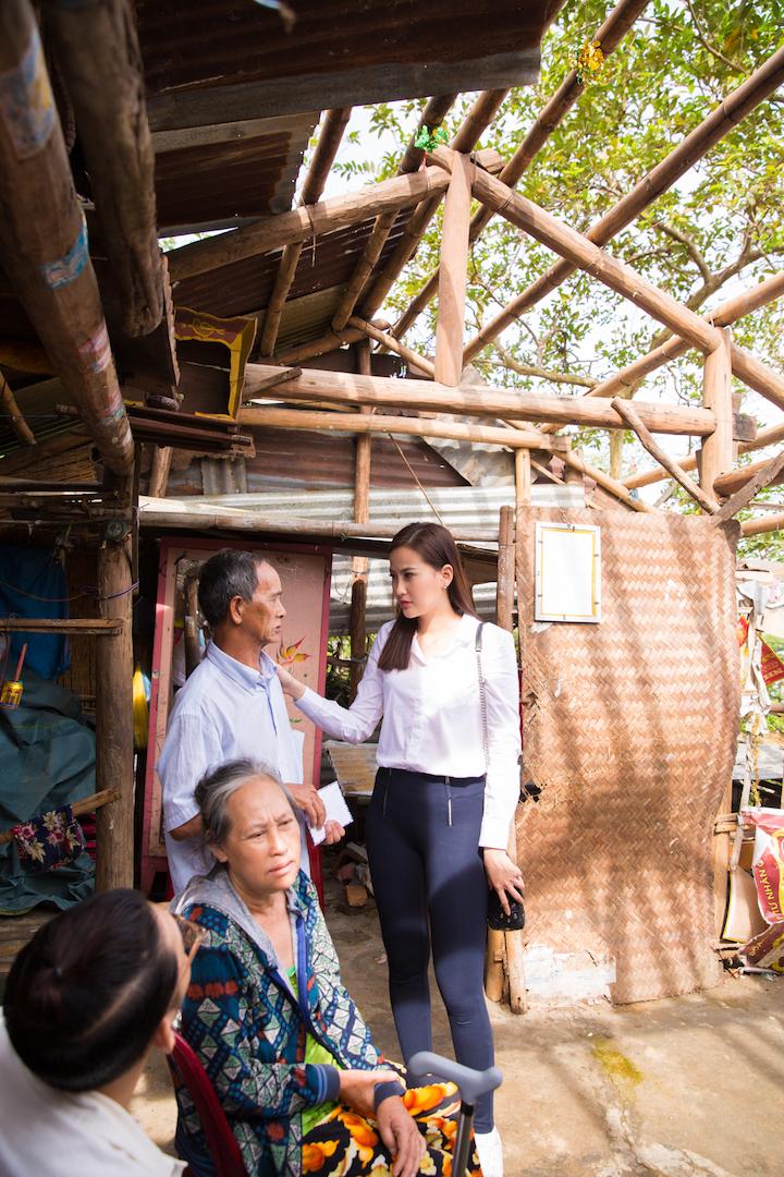 Hoa hậu Khánh Ngân hỗ trợ đồng bào vùng lũ Phú Yên 200 triệu đồng 3