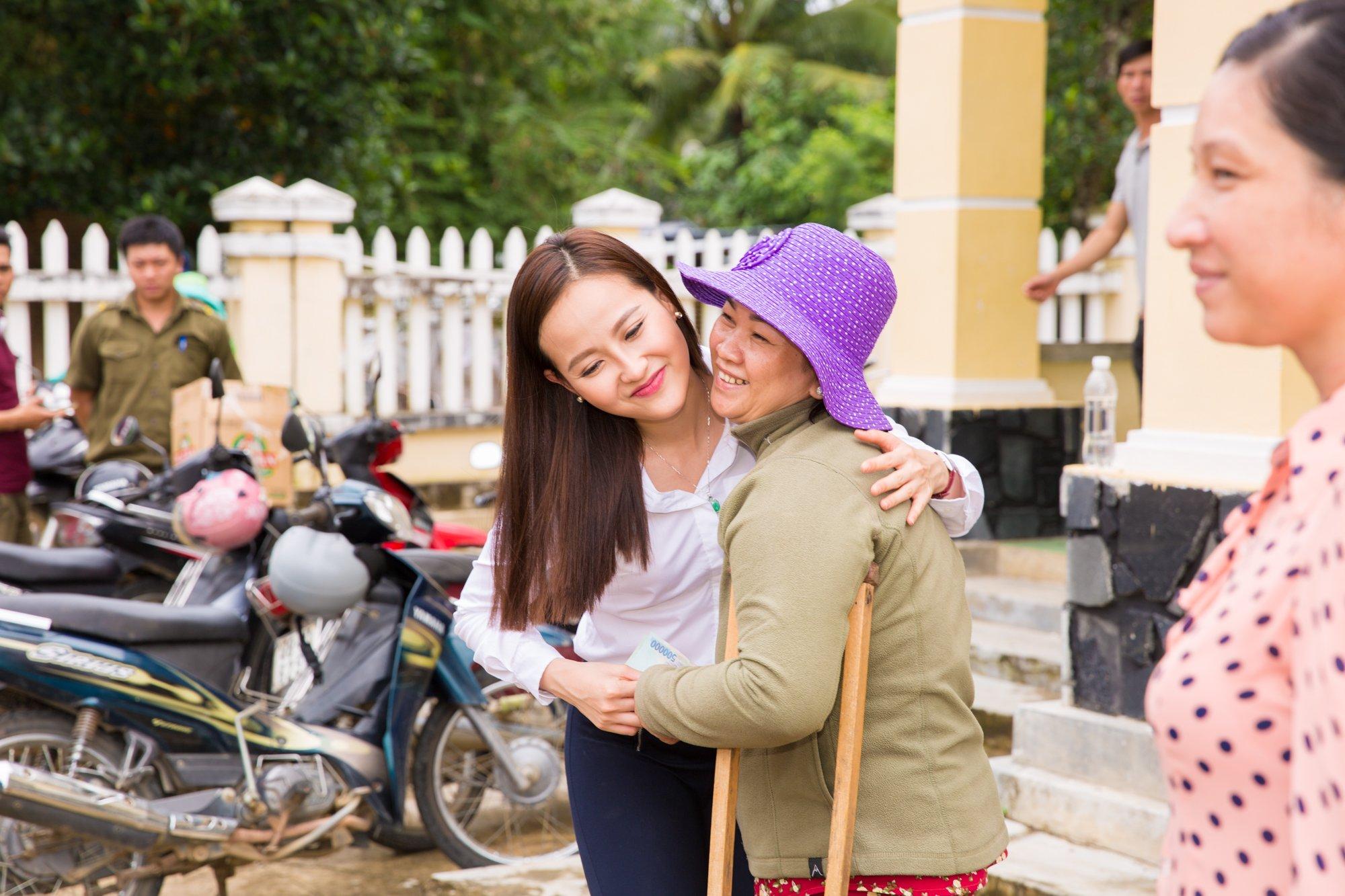 Hình ảnh Hoa hậu Khánh Ngân hỗ trợ đồng bào vùng lũ Phú Yên 200 triệu đồng số 4