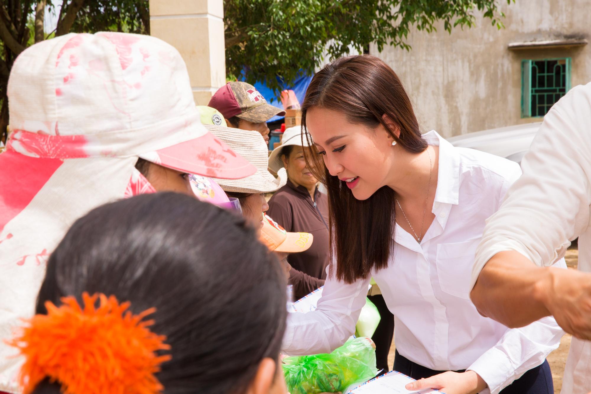 Hình ảnh Hoa hậu Khánh Ngân hỗ trợ đồng bào vùng lũ Phú Yên 200 triệu đồng số 2