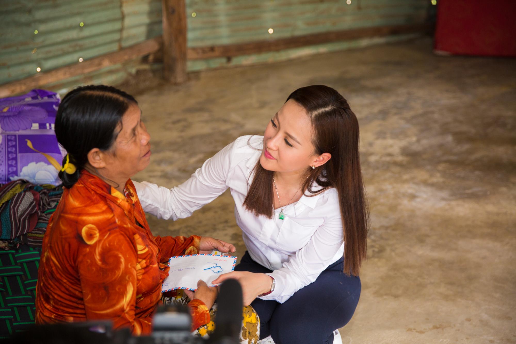 Hình ảnh Hoa hậu Khánh Ngân hỗ trợ đồng bào vùng lũ Phú Yên 200 triệu đồng số 6