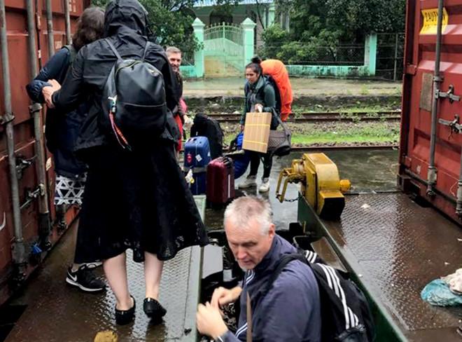Đường sắt Bắc - Nam tê liệt hoàn toàn do sạt lở nghiêm trọng tại đèo Hải Vân 3