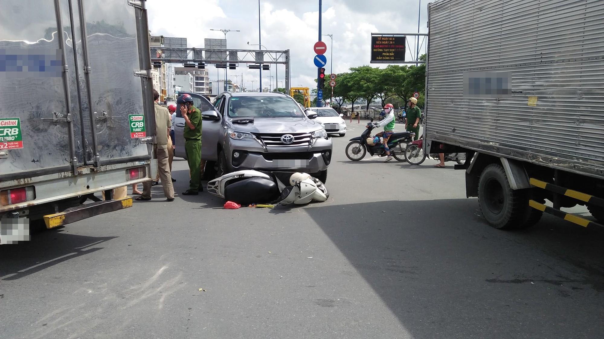 Người phụ nữ nguy kịch sau khi bị ô tô 7 chỗ húc văng nhiều mét trên đường 1