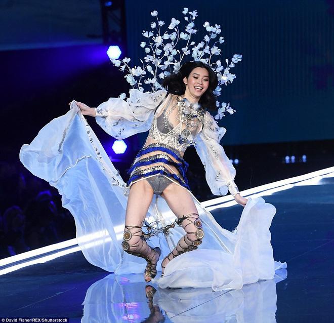 Cảnh sát Trung Quốc ập vào, yêu cầu hủy buổi tiệc của Victorias Secret 2017 - Ảnh 2.