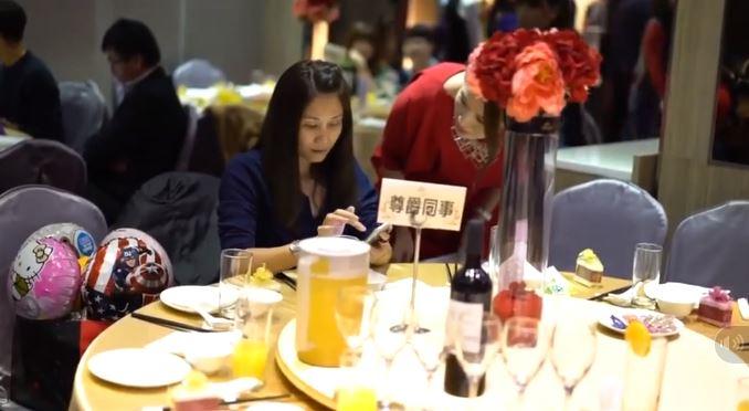Hình ảnh Hotgirl Bella bản Đài Loan ăn đám cưới quỵt tiền, đập phá rồi cuỗm túi kẹo chạy mất số 1