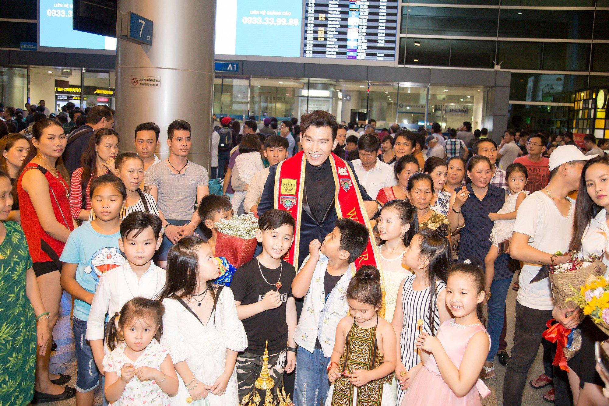 Nam vương Ngọc Tình hạnh phúc trong vòng tay gia đình khi về đến Việt Nam 2
