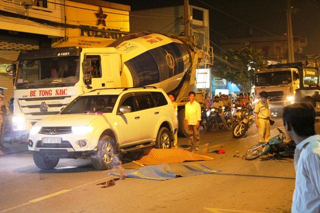 Không đội mũ bảo hiểm, 2 thanh niên chết thảm dưới bánh xe ôtô 2