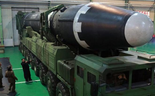Hình ảnh Ảnh Kim Jong Un bên tên lửa hé lộ điều đáng sợ về  quái vật của Triều Tiên số 2