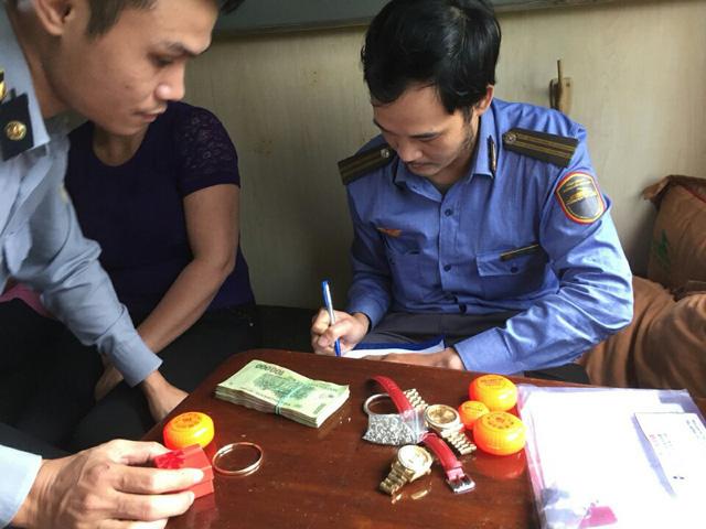 Nhân viên tàu hỏa phát hiện hành khách để quên va ly tiền cùng nhiều trang sức 1