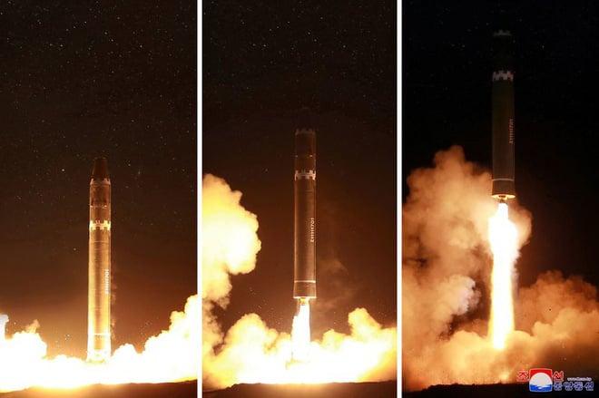 Bức ảnh ông Kim Jong Un kiểm tra tên lửa hé lộ điều đáng sợ về  quái vật của Triều Tiên - Ảnh 1.