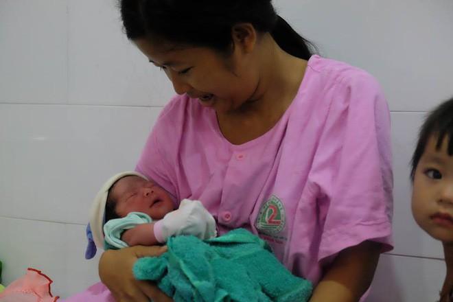TP.HCM: Chồng đi làm không về, sản phụ đẻ rớt con trong hố nước nhà vệ sinh lúc nửa đêm 5
