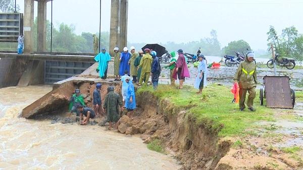 Bình Định: Hàng nghìn hộ dân chìm trong biển nước vì lũ lên bất ngờ 1