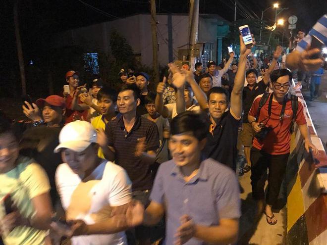 Người dân nấu gà, vịt để ăn mừng tin Thủ tướng quyết định ngừng thu phí BOT Cai Lậy 1 tháng 2