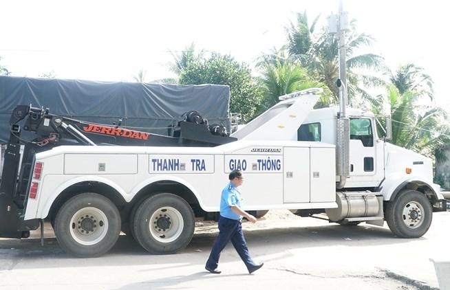 Xuất hiện xe kéo hạng nặng của Cục đường bộ đang đậu tại BOT Cai Lậy 1