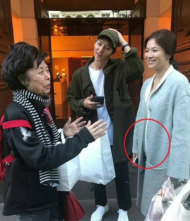 Song Joong Ki bị bắt gặp mua sách chăm con, củng cố tin đồn Song Hye Kyo đang mang thai 5