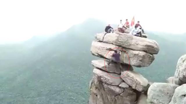 'Thót tim' cảnh nhóm bạn trẻ trèo lên mỏm đá cheo leo ở Quảng Ninh 1