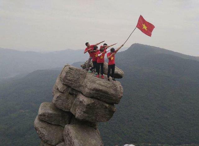'Thót tim' cảnh nhóm bạn trẻ trèo lên mỏm đá cheo leo ở Quảng Ninh 3