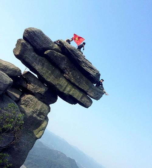 'Thót tim' cảnh nhóm bạn trẻ trèo lên mỏm đá cheo leo ở Quảng Ninh 4