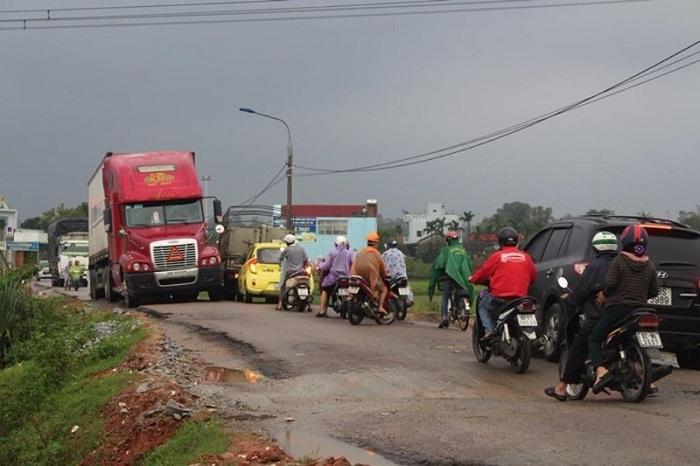 Dân kéo nhau ra phản đối việc sửa đường