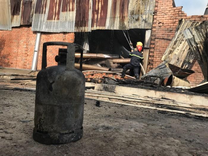 Xưởng sản xuất gỗ bị thiêu rụi lúc rạng sáng, cháy lan sang hai nhà dân 3