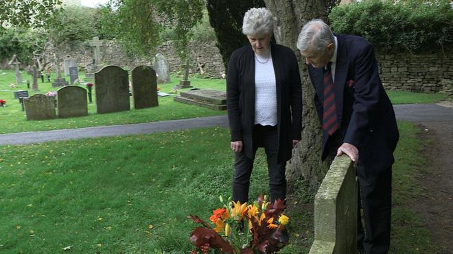 Câu chuyện những bó hoa bí ẩn được đặt trước mộ của cậu bé 12 tuổi xấu số suốt 70 năm 1