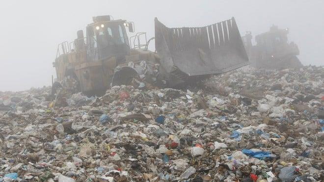 Lỡ tay vứt ổ cứng chứa hơn 7.000 bitcoin, một kỹ sư người Anh quyết xới tung bãi rác để tìm lại - Ảnh 1.