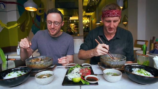 2 món phở đang khiến cộng đồng ẩm thực Sài Gòn sôi sục: Tô ngập thịt bò giá 2,3 triệu, tô sang chảnh với nguyên chú tôm hùm 1
