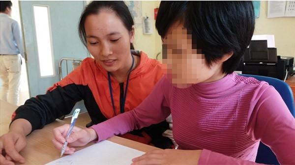 Bé gái 11 tuổi bị mẹ nhốt không cho đi học: Sau 1 năm giải cứu đã biết rất nhiều phép tính - Ảnh 2.