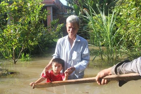 Bến Tre vỡ đê bao, 50 hộ dân bị chìm trong biển nước, đi xuồng trong nhà 2