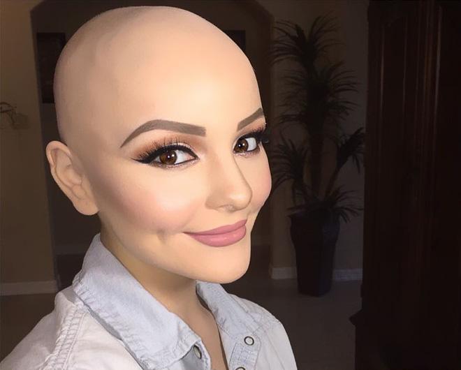 Cô gái 17 tuổi xinh như búp bê cắt trụi tóc để chụp ảnh, biết được sự thật ai cũng nể phục 9