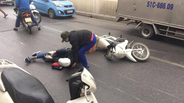 Hà Nội: Hàng chục xe máy đổ la liệt trong hầm Kim Liên 1