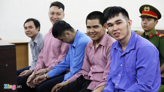 Hầu tòa sau khi giết người, nhóm thanh niên cười tươi tại tòa khiến dư luận phẫn nộ 1