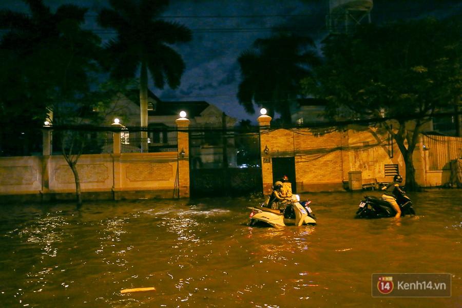 """Khu nhà giàu ở Sài Gòn """"tê liệt"""" vì triều cường đạt đỉnh, dân đi ô tô phải chui cửa sổ ra ngoài vì nước ngập tới ca pô 1"""