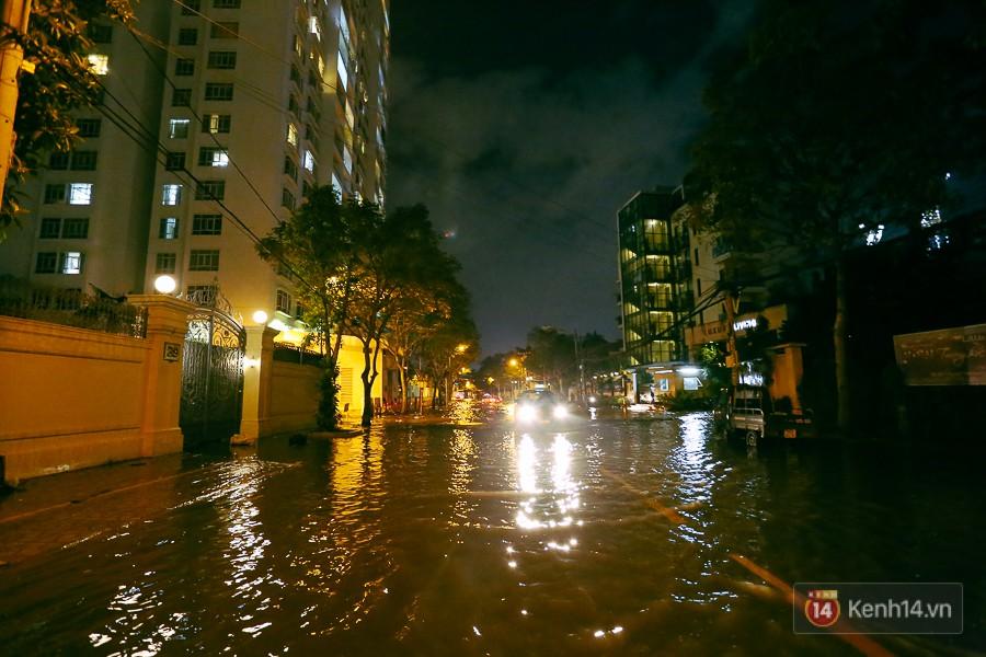 """Khu nhà giàu ở Sài Gòn """"tê liệt"""" vì triều cường đạt đỉnh, dân đi ô tô phải chui cửa sổ ra ngoài vì nước ngập tới ca pô 5"""