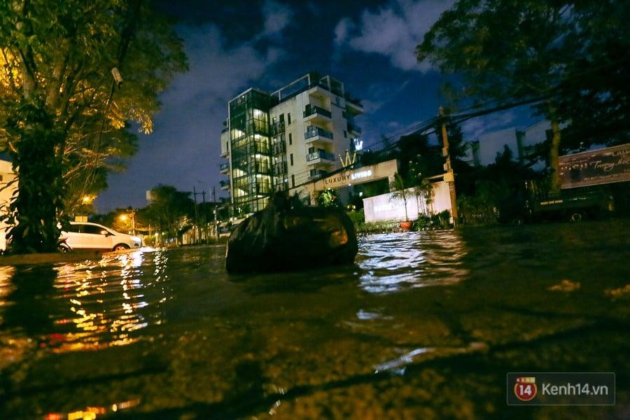"""Khu nhà giàu ở Sài Gòn """"tê liệt"""" vì triều cường đạt đỉnh, dân đi ô tô phải chui cửa sổ ra ngoài vì nước ngập tới ca pô 7"""